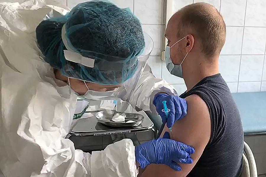 Injection du vaccin Spountik V à un volontaire