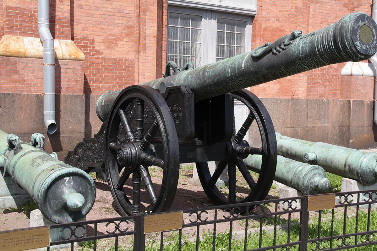 """Die Hakenbüchse """"Skoropeja"""", von Andrej Tschochow, 16. Jahrhundert. Das Artillerie-Museum in St. Petersburg."""