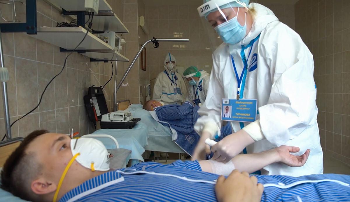 Volontari durante una donazione di sangue presso l'Ospedale Clinico Militare di Burdenko, dove il Ministero della Difesa russo e il Centro Nazionale di Ricerca Gamaleja stanno conducendo un esperimento per testare il vaccino contro il coronavirus