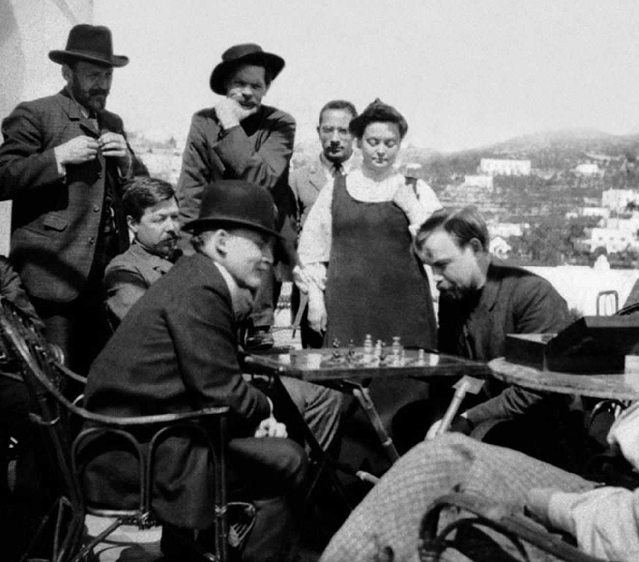 Lenin (zweiter von links) auf der Terrasse von Maxim Gorkis Villa in Capri, Italien