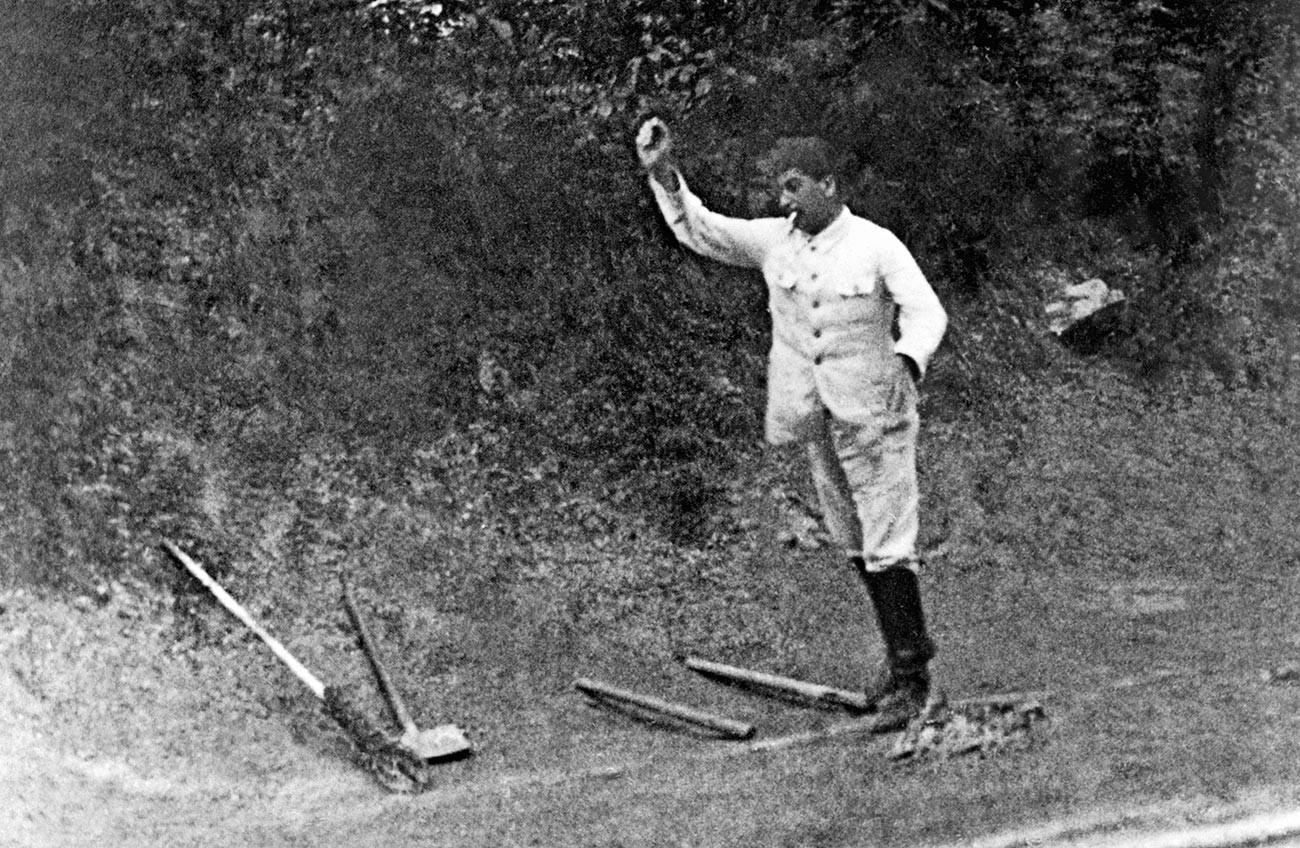 Stalin spielt das russische Volksspiel Gorodki, Anfang der 1920er Jahre