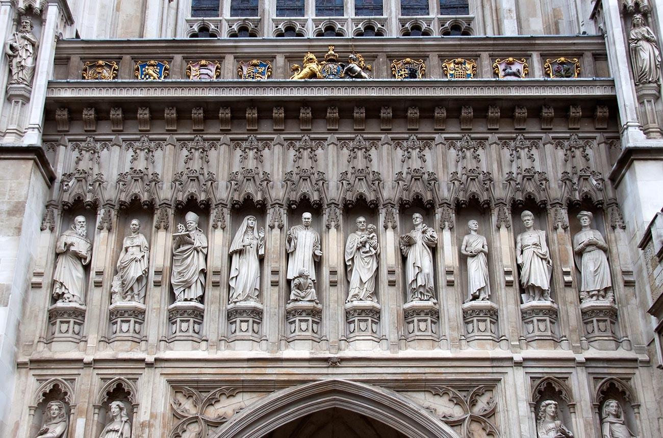 Die Statue von Elisabeth Fjodorowna ist die vierte von links