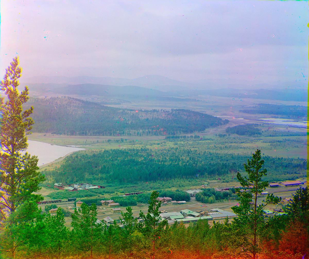 Panorama de Miass. Vue à l'ouest de la chaîne Ilmen avec la gare ferroviaire et la rampe de chargement d'origine de Miass. À gauche : rive nord du lac Ilmen. À droite : rivière Miass.