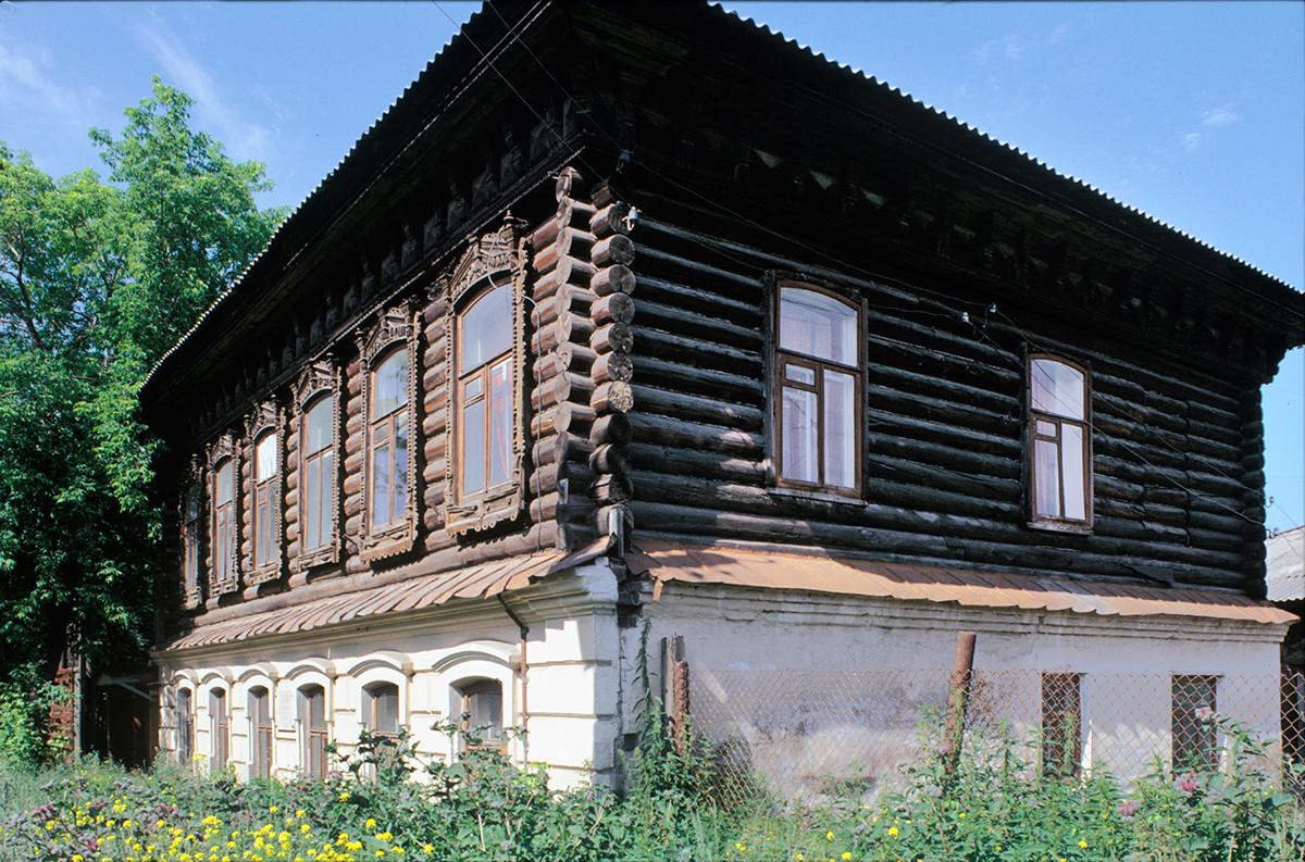 Maison en bois sur socle en brique, rue de l'Enfance N°3