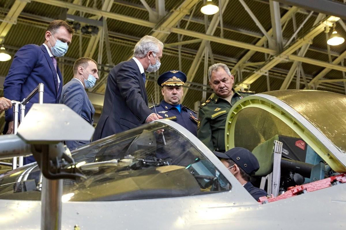 Menteri Pertahanan Rusia Sergei Shoigu (kanan) saat meninjau perakitan Su-57 di pabrik pesawat Gagarin, Rabu (12/7).