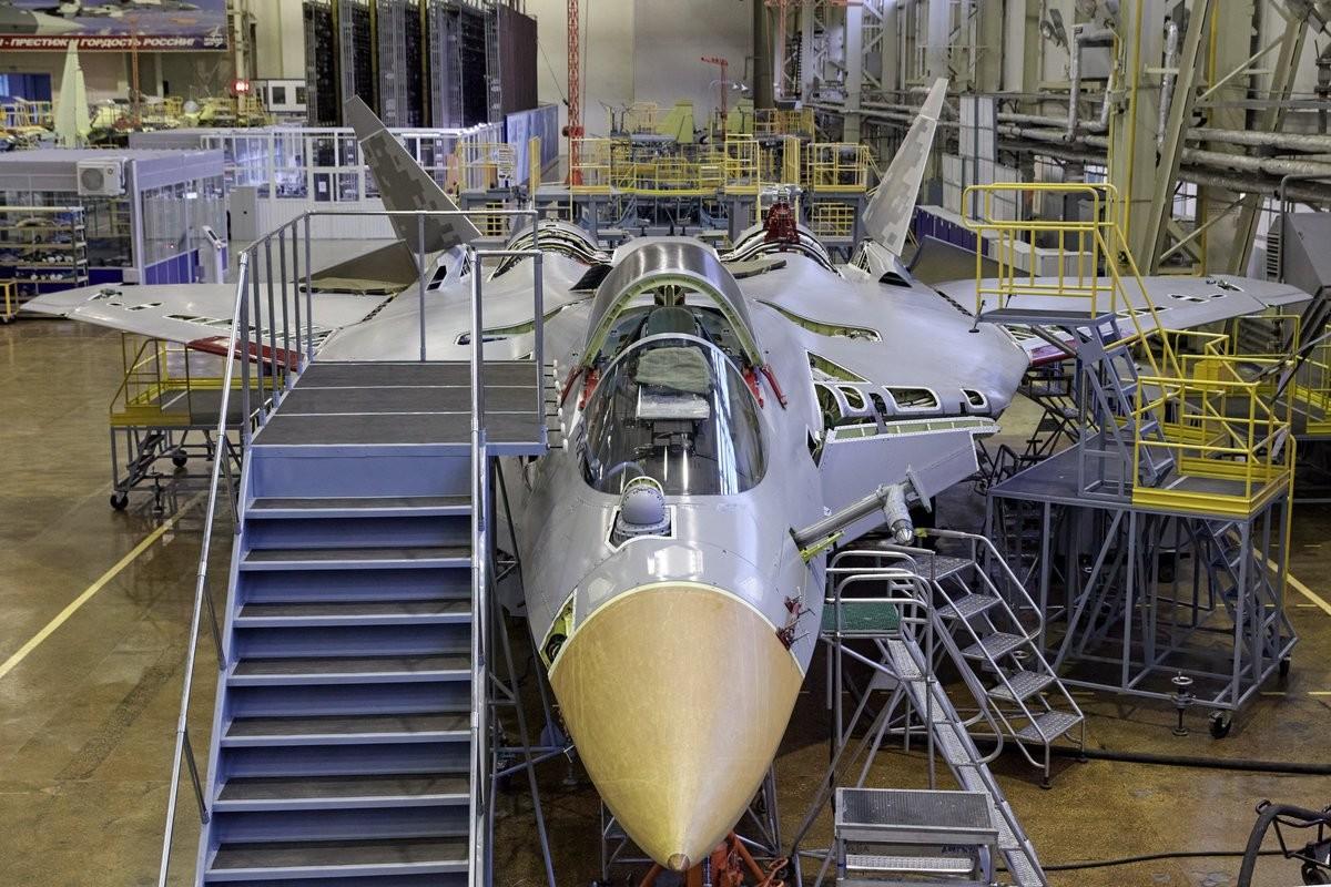 Pesawat Su-57 yang tengah dirakit di pabrik pesawat Gagarin, Rabu (12/8).