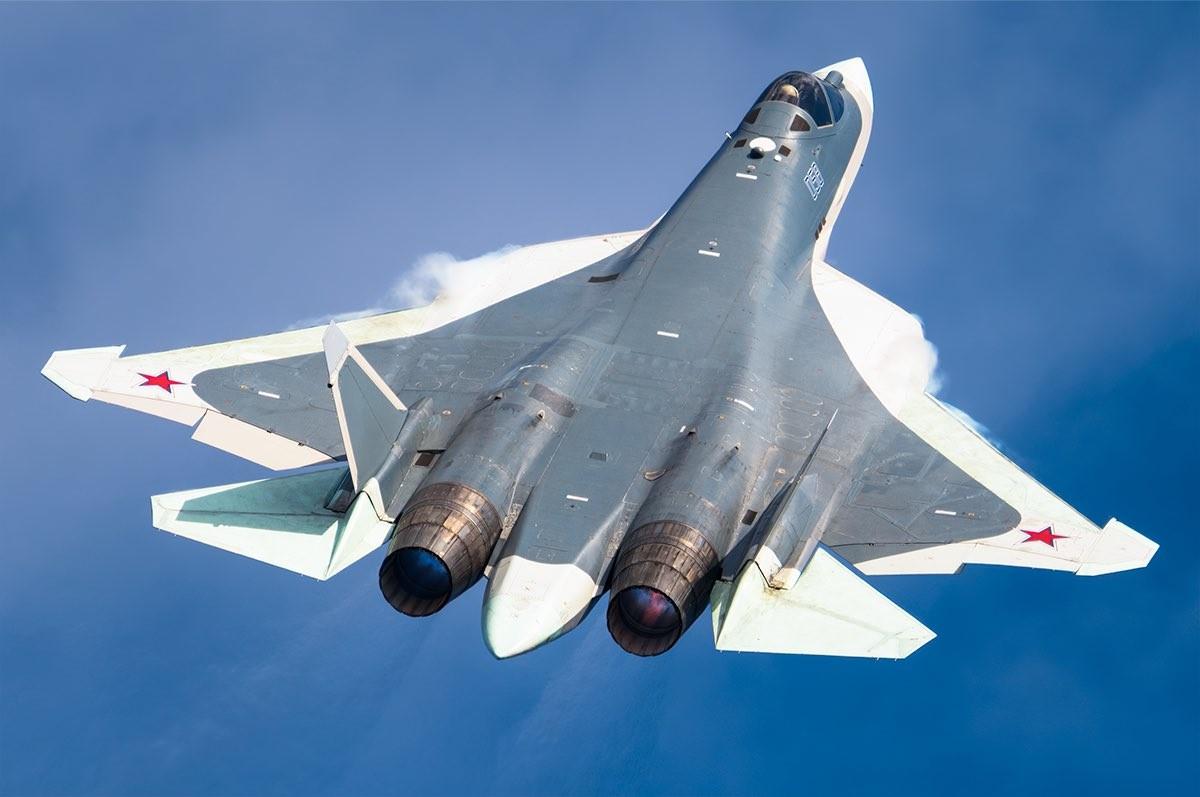 Su-57 saat penerbangan uji coba oleh Pilot Uji Coba Rusia Sergey Bogdan.