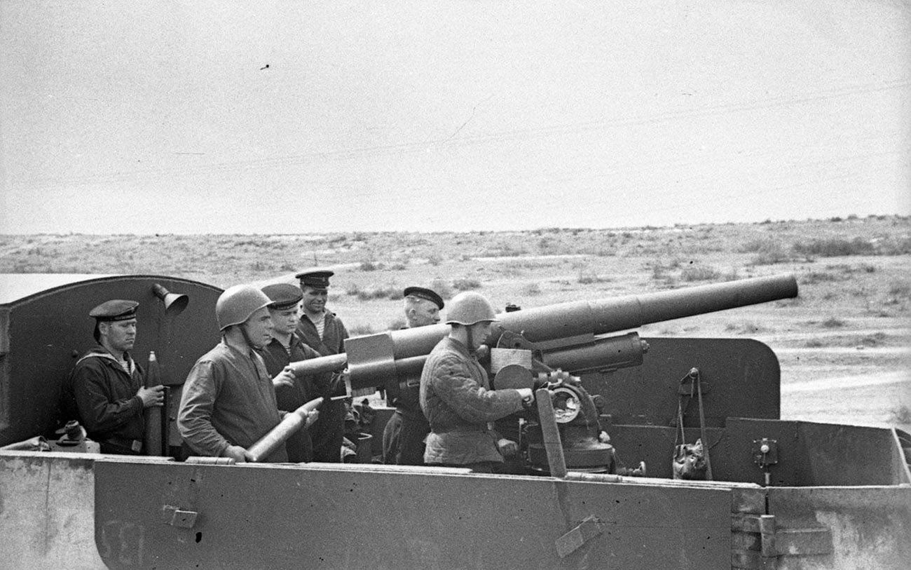 Posadka protiletalskega topa Lendera kalibra 76,2 mm na oklepnem vlaku Železnjakov, april 1942
