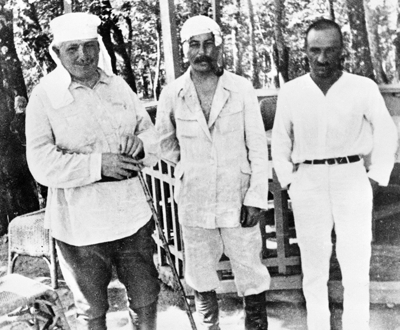 Stalin (tengah) dan Anastas Mikoyan (kanan) sedang beristirahat.