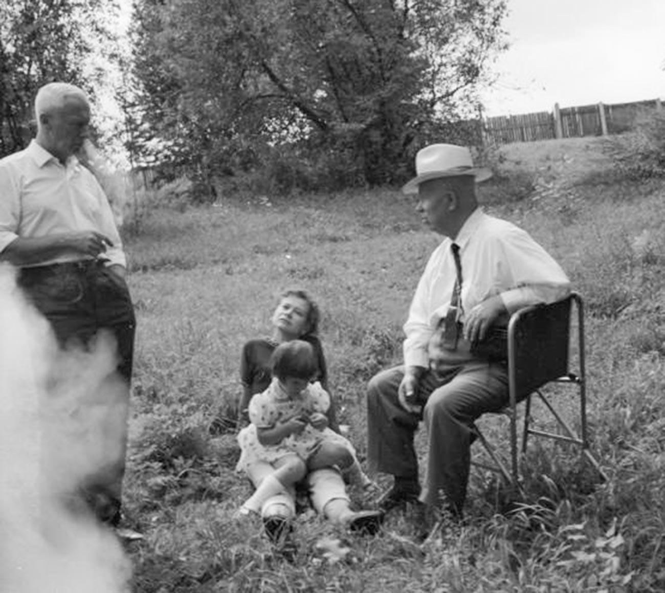 Nikita Khrushchev, Roman Karmen, dan seorang perempuan tak dikenal dengan seorang anak.