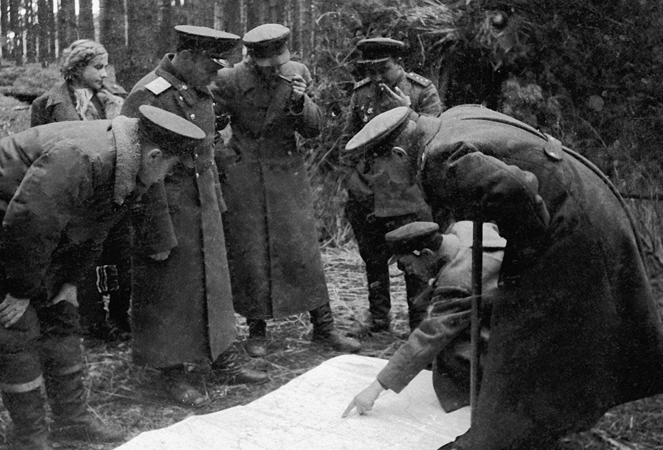 Командването на 17-и гвардейски стрелков корпус на 13-та армия усъвършенства плана на операцията на картата, преди да премине Днепър.