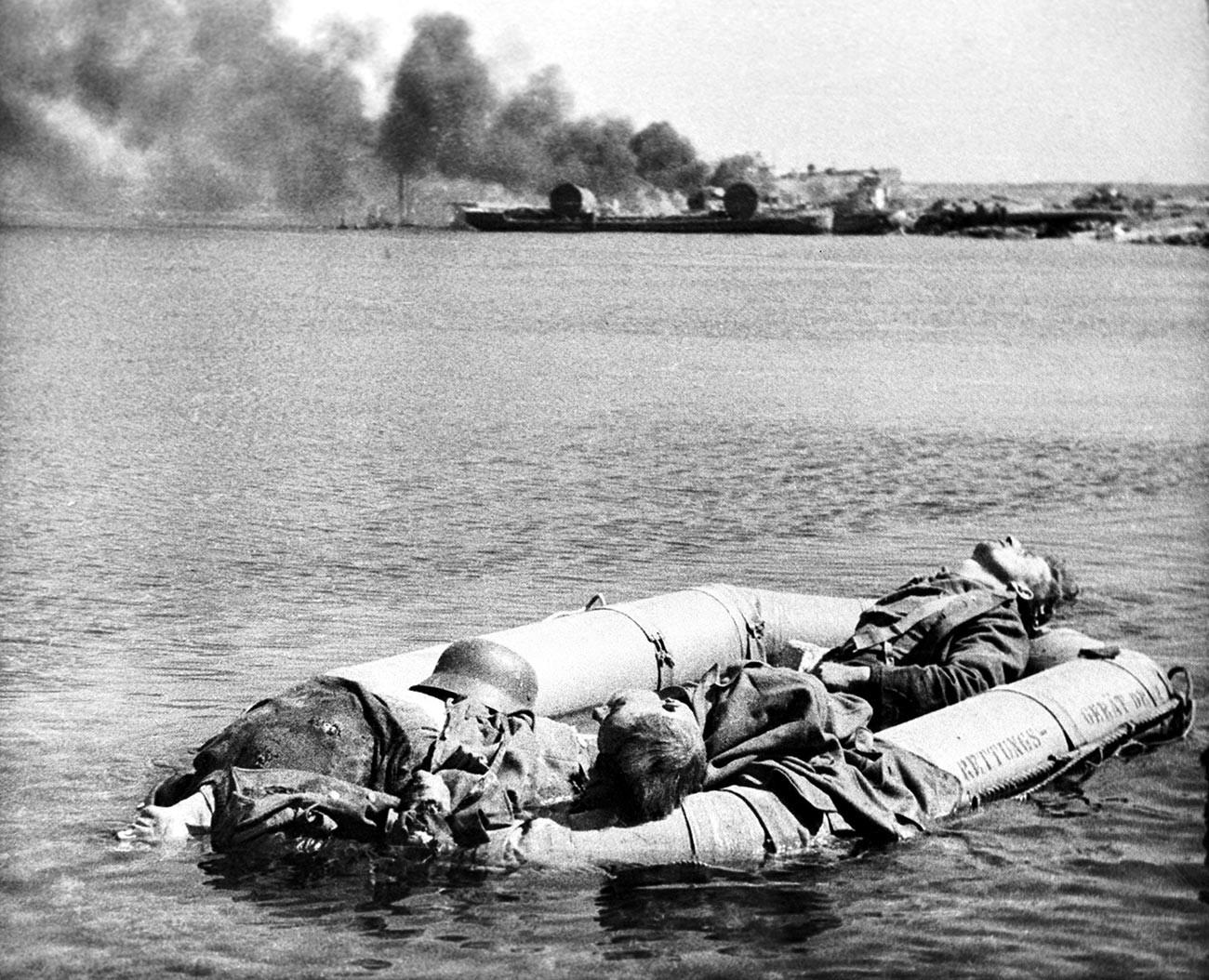 Надуваема лодка с убити нацисти, докато се оттеглят през Днепър