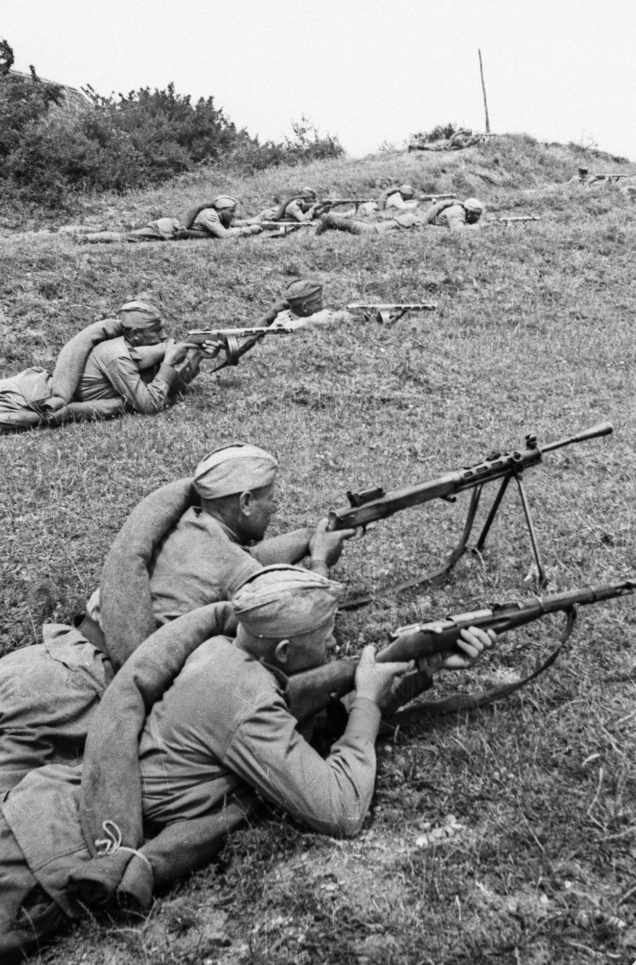 Битката за Донбас. Войници на Червената армия завземат плацдарм на западния бряг на Днепър.
