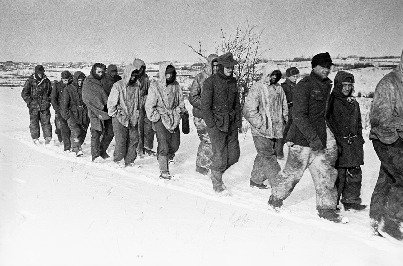 Великата отечествена война 1941-1945 година. Колона от немски войници, които се предават на войските на 1-ви украински фронт по време на битката за Днепър.