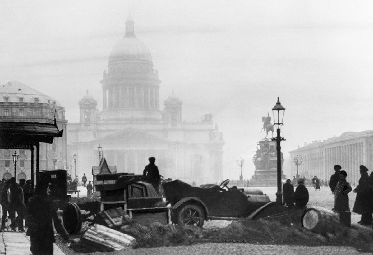 Barricada em frente à Catedral de Santo Isaac, na então Petrogrado, em 1917