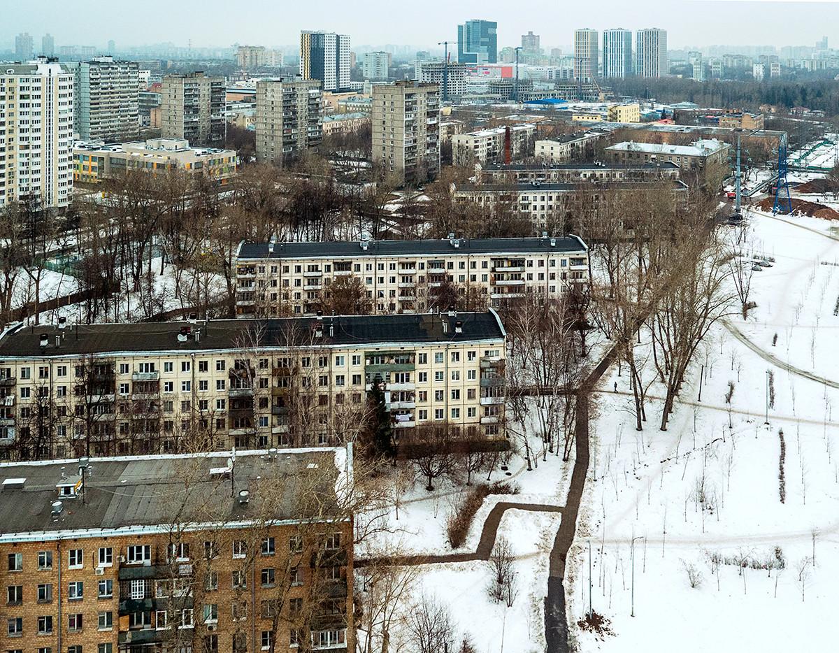À Moscou. À noter que depuis plusieurs années se poursuit dans la capitale un vaste programme de destruction de ces barres d'immeubles et de relogement de la population.
