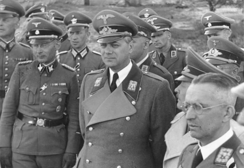 En el centro, Alfred Rosenberg.