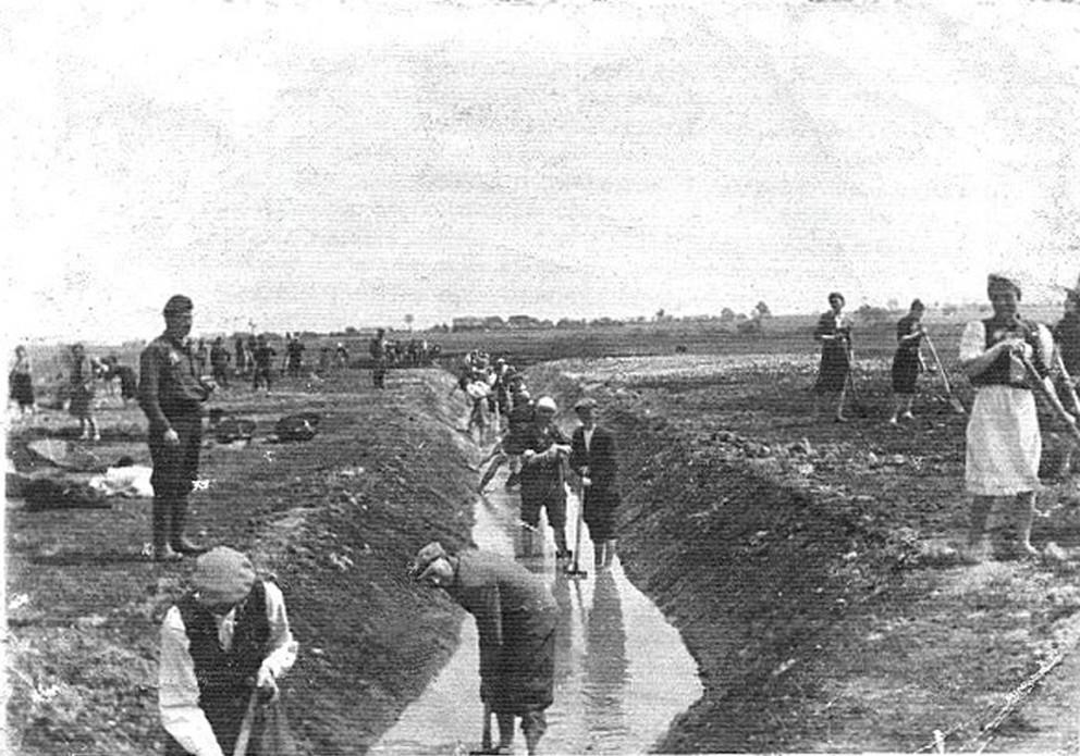 Prisioneros del campo de trabajos forzados de Krychów cavan zanjas de irrigación para el nuevo latifundio alemán del Plan General del Este en 1940. La mayoría de ellos, judíos polacos y algunos romaníes, fueron luego enviados al campo de exterminio de Sobibór.