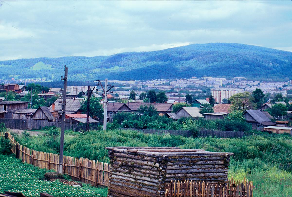 Centro de Miass construido durante el período soviético... Vista este hacia Ilmen.. 15 de julio de 2003