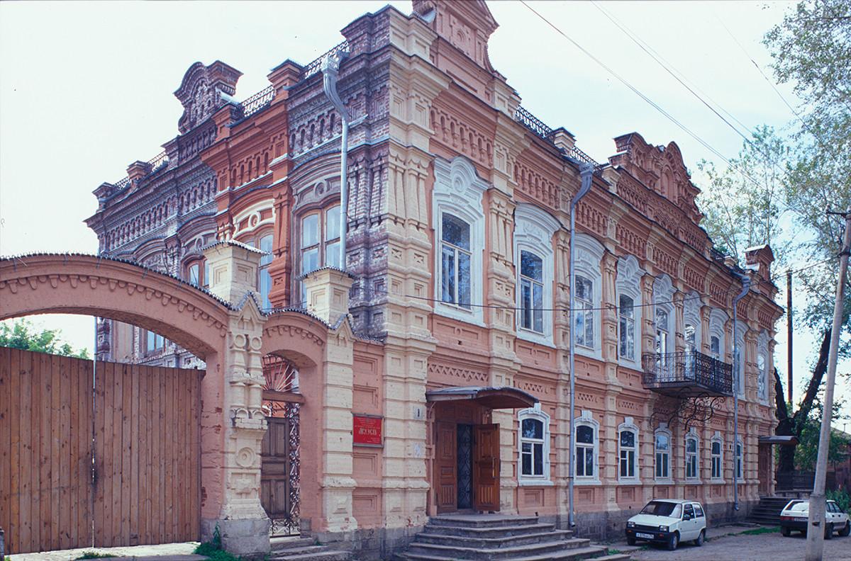 Mansión Simonov y puerta del patio, calle Pushkin 8. 15 de julio de 2003.