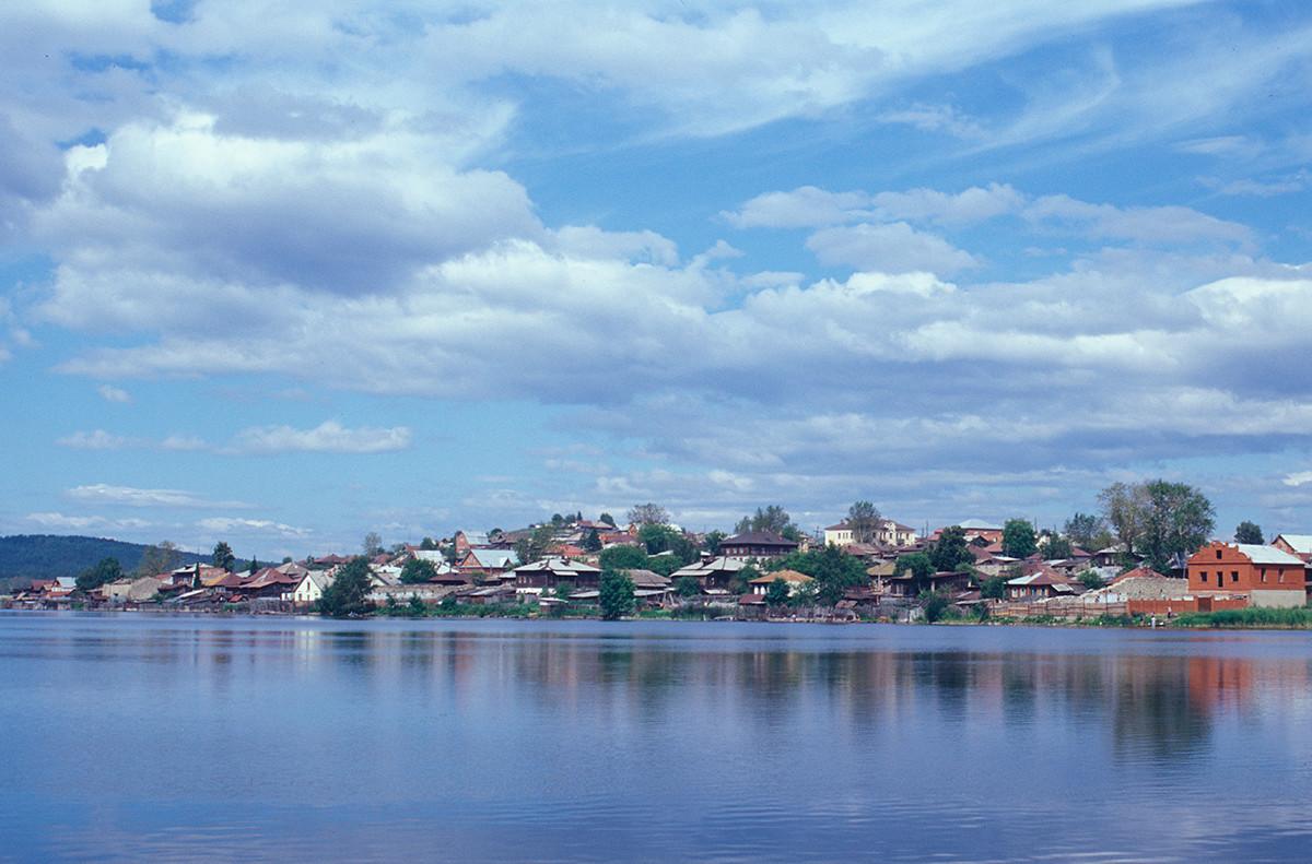 Panorama del sur de Miass, vista del estanque de la ciudad. 15 de julio de 2003.
