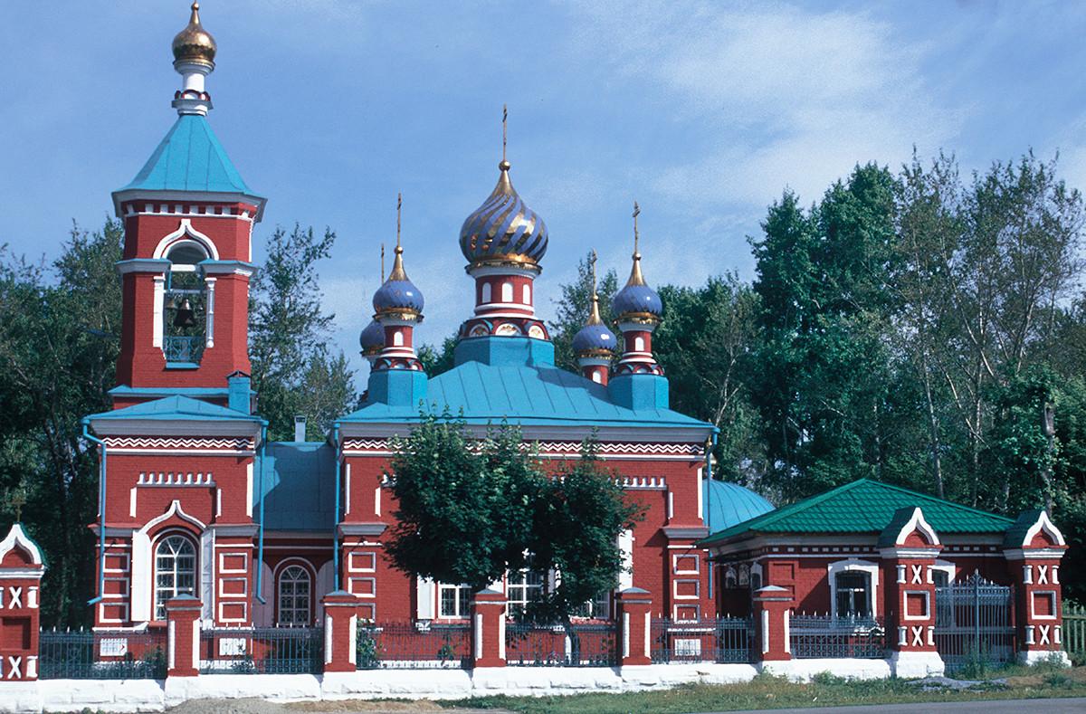 La Iglesia de la Trinidad en el cementerio de la ciudad (1886-89). Vista sur. 15 de julio de 2003.