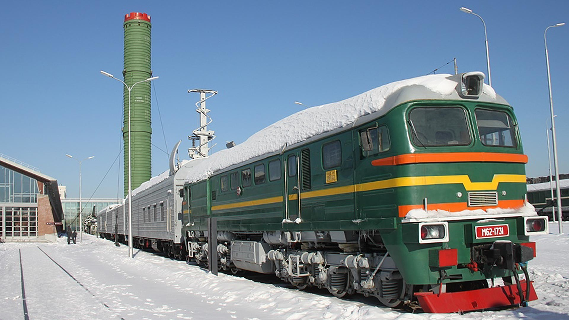 Kereta BZHRK Molodetsdengan rudal nuklir antarbernua RT-23.