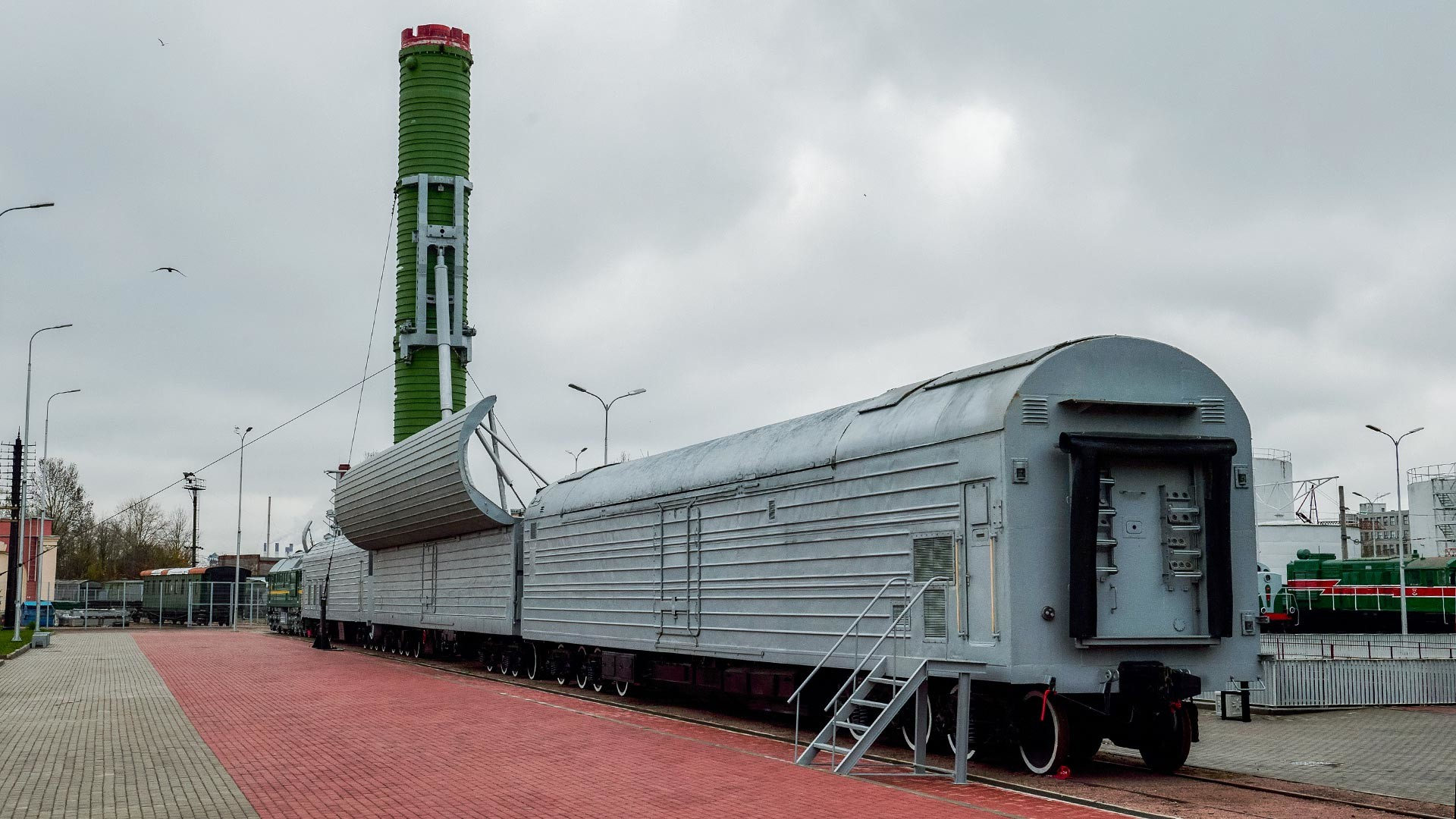 Sistem rudal kereta api tempur BZHRK Molodets (pendahulu Barguzin) ditampilkan pada pameran di Museum Kereta Api Rusia, Sankt Peterburg.