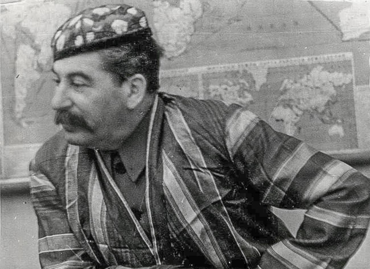 Stálin em trajes nacionais do Uzbequistão, década de 1930