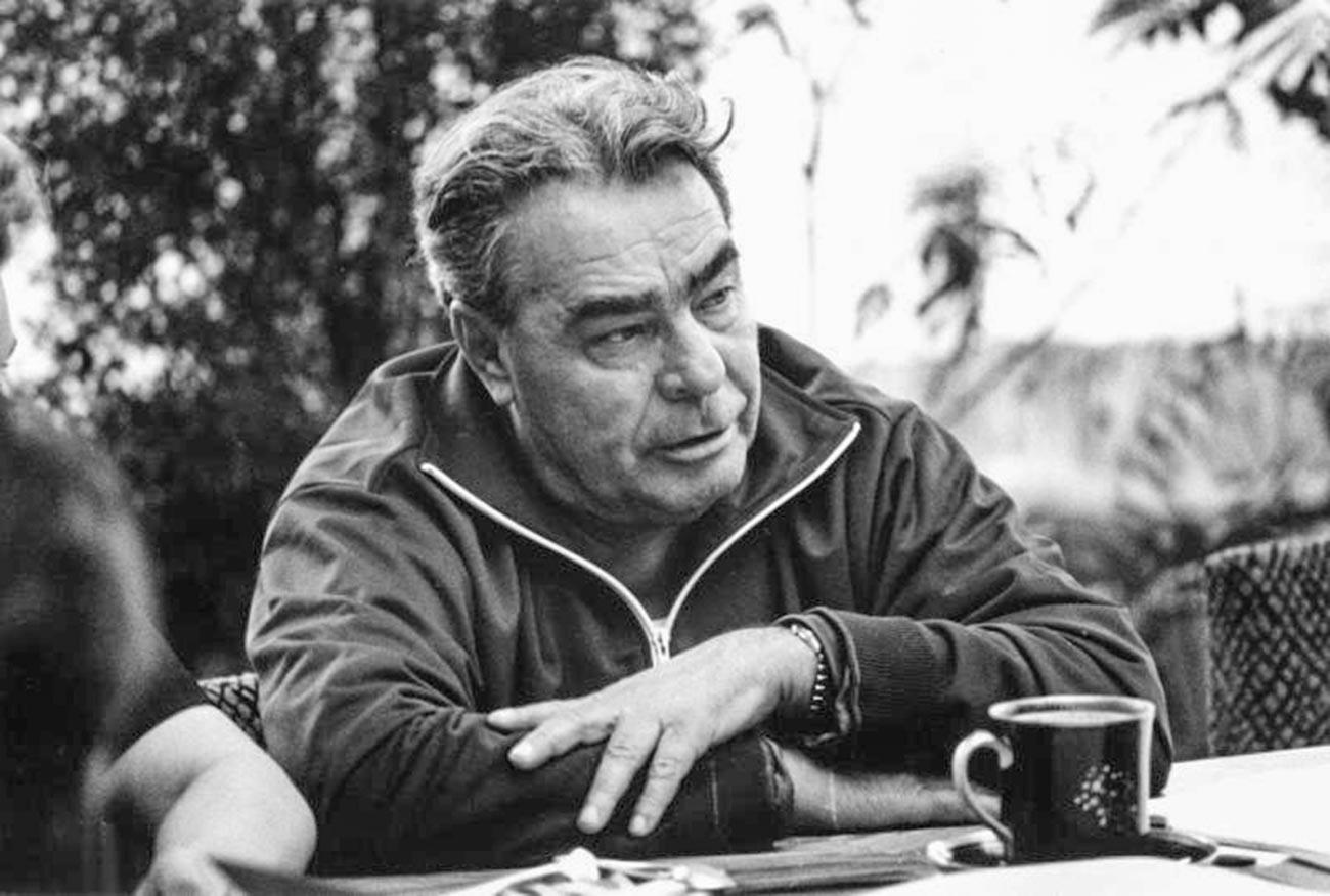Leonid Brejnev em roupa esportiva bebendo chá na datcha