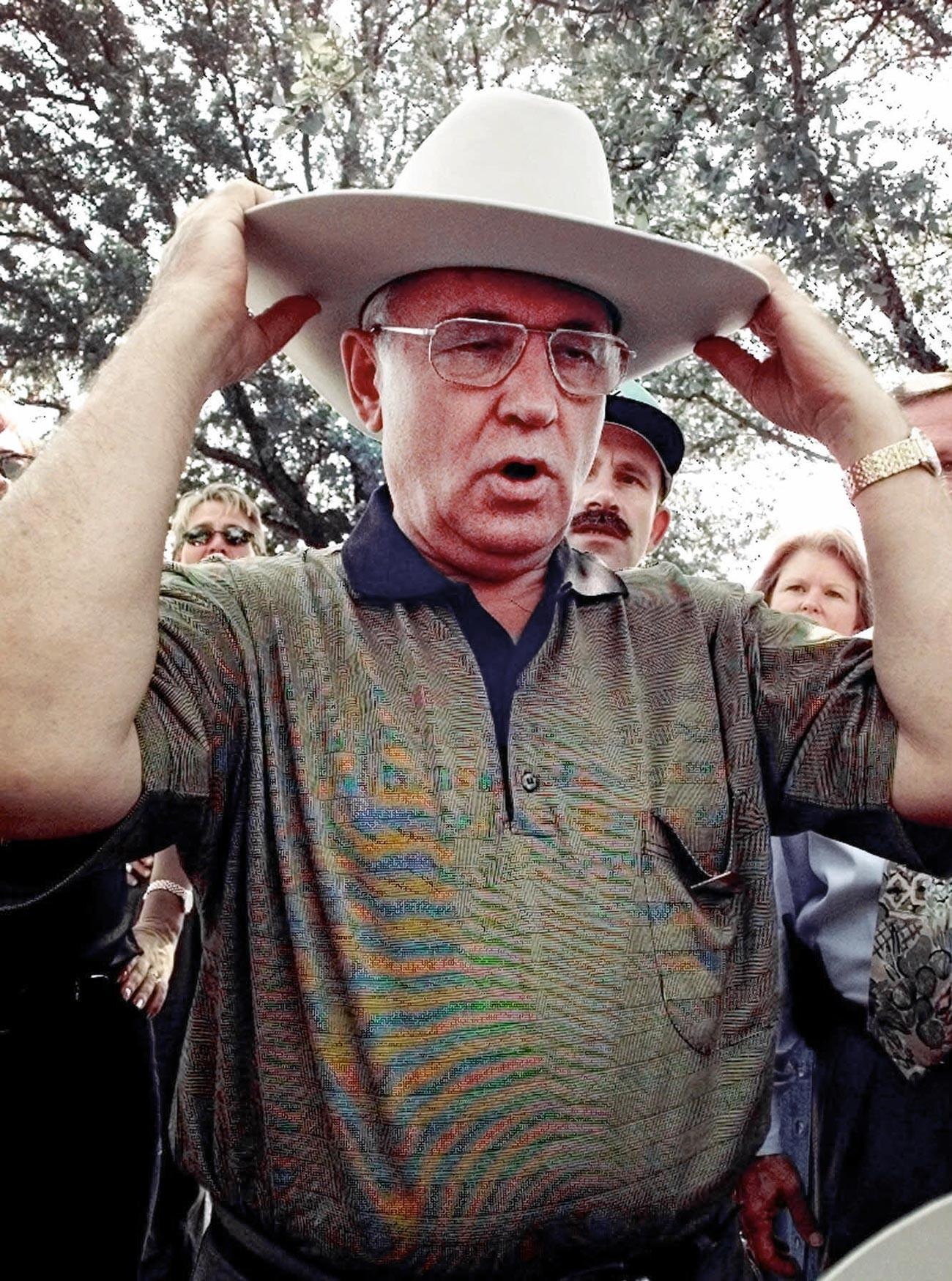 Ex-presidente soviético Mikhail Gorbatchov com chapéu de cowboy ao contrário durante uma visita à Feira Estadual do Texas em Dallas, 1998