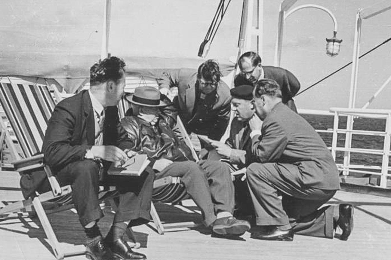 Nikita Jrushchev tomando el sol en un barco