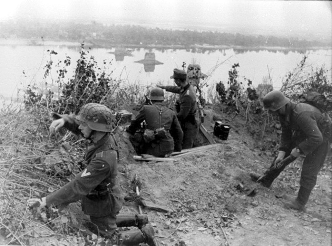 Des Allemands tirant sur les positions de l'Armée rouge pendant la bataille du Dniepr, 1943