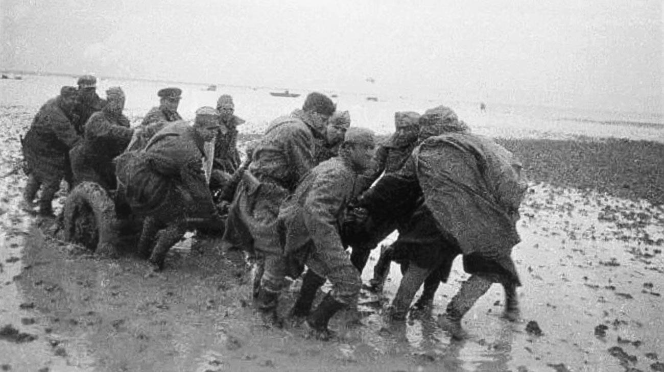 Des soldats soviétiques transportent un canon d'artillerie légère à travers le Syvach, un ensemble de marais et de lagunes situés au nord-est de la Crimée.