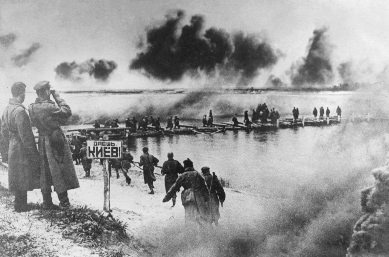 Des soldats de l'Armée rouge traversent le Dniepr lors d'une opération militaire visant à libérer Kiev des forces allemandes pendant la Seconde Guerre mondiale