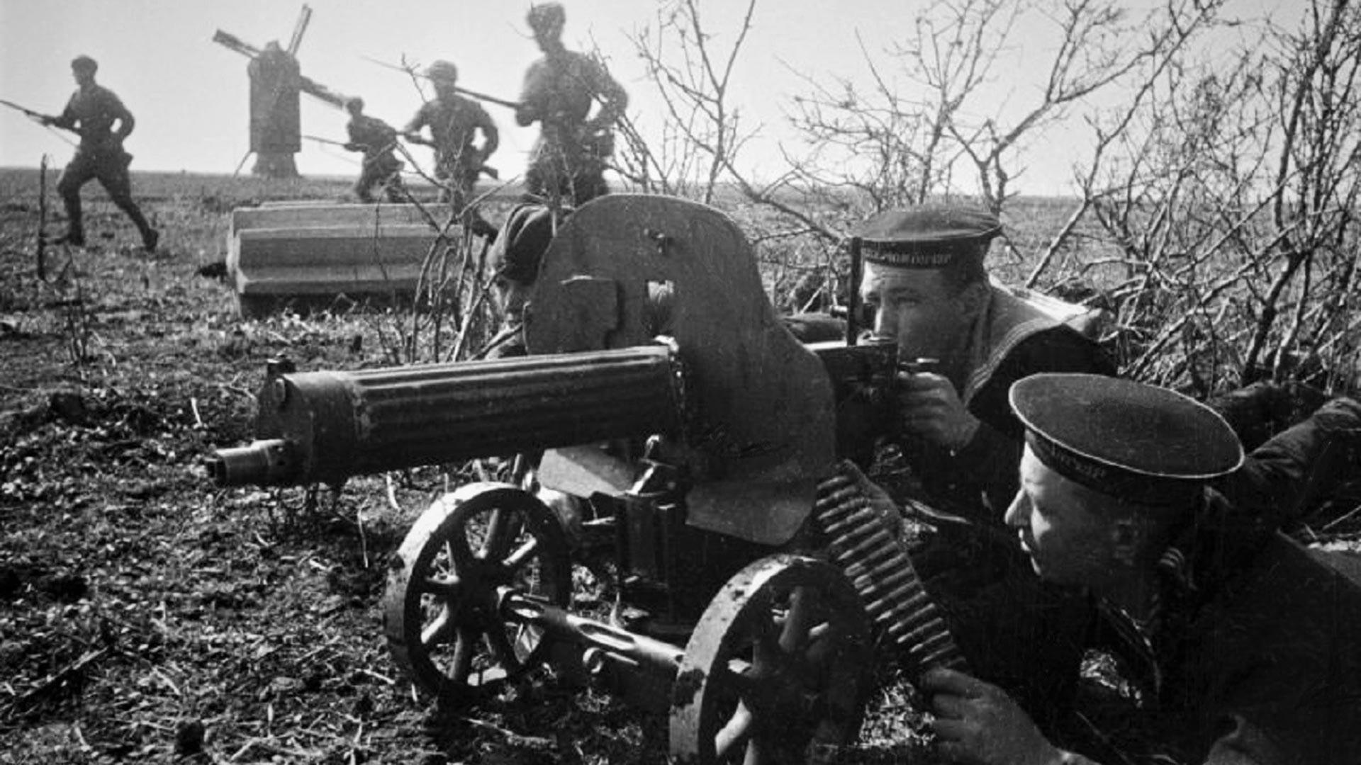 Des marins soviétiques se battent contre des forces ennemies supérieures