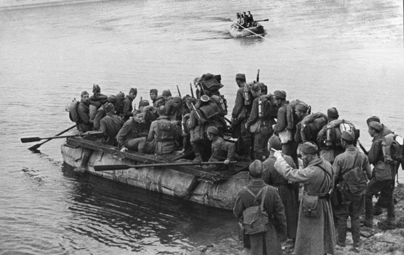 Des soldats soviétiques essayant d'atteindre la rive droite du Dniepr sur leurs radeaux