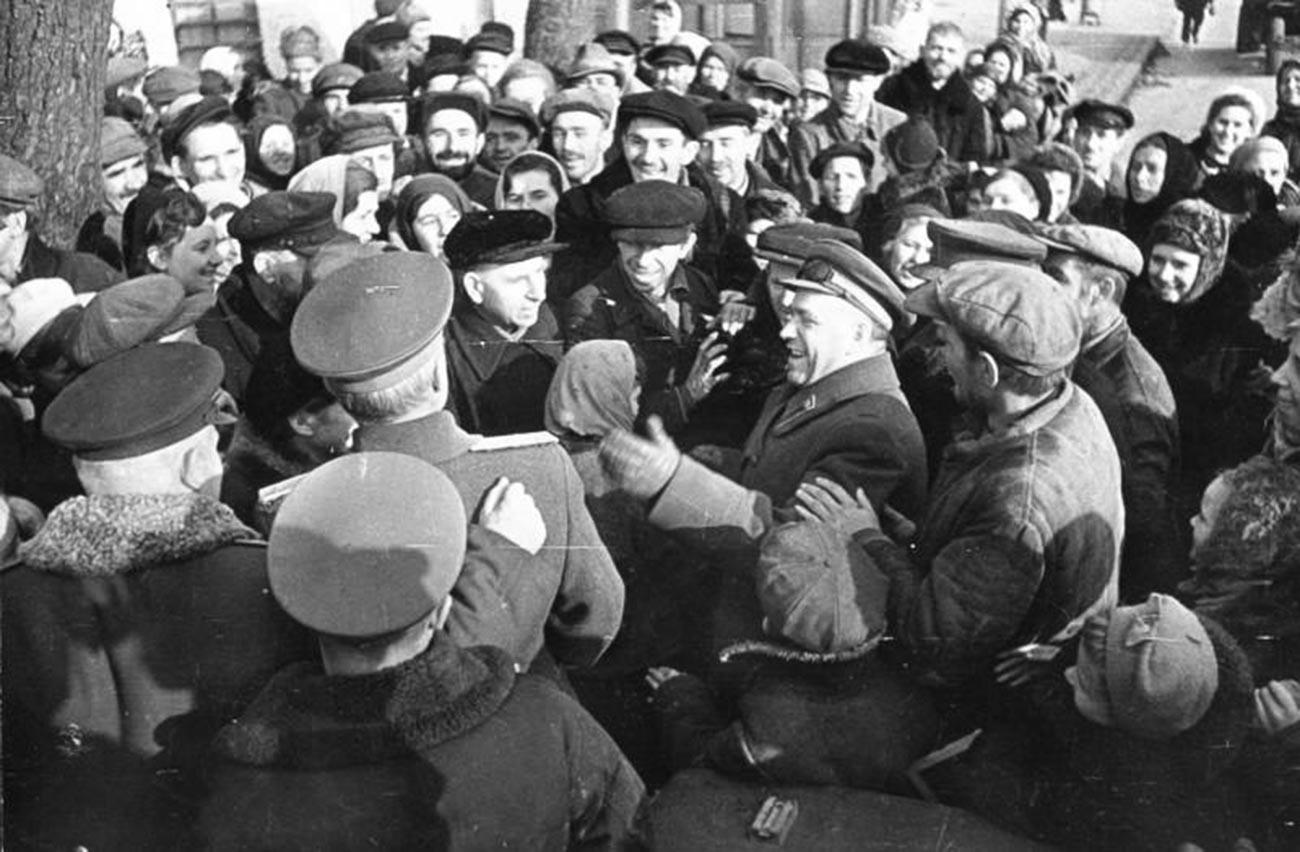 Marschall Georgi Schukow im befreiten Kiew