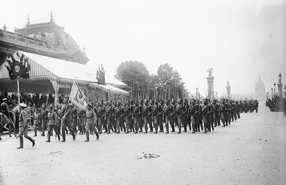 Des soldats russes à Paris sur l'avenue qui s'appelait Nicolas II, le 14 juillet 1916