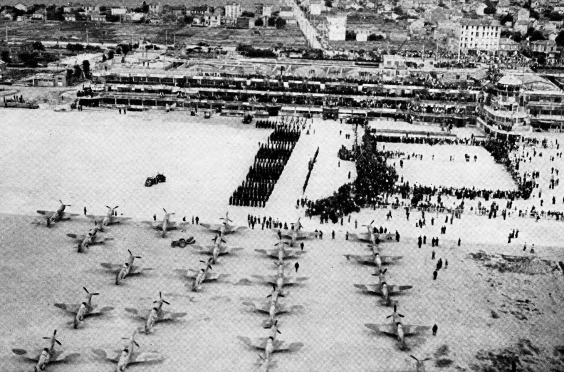 Vue aérienne de l'aéroport du Bourget, le 20 juin 1945