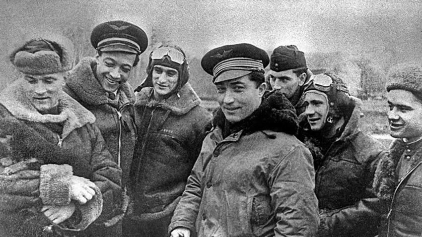 Pilotes russes et français durant l'opération militaire conjointe de Prusse-Orientale, en janvier 1945