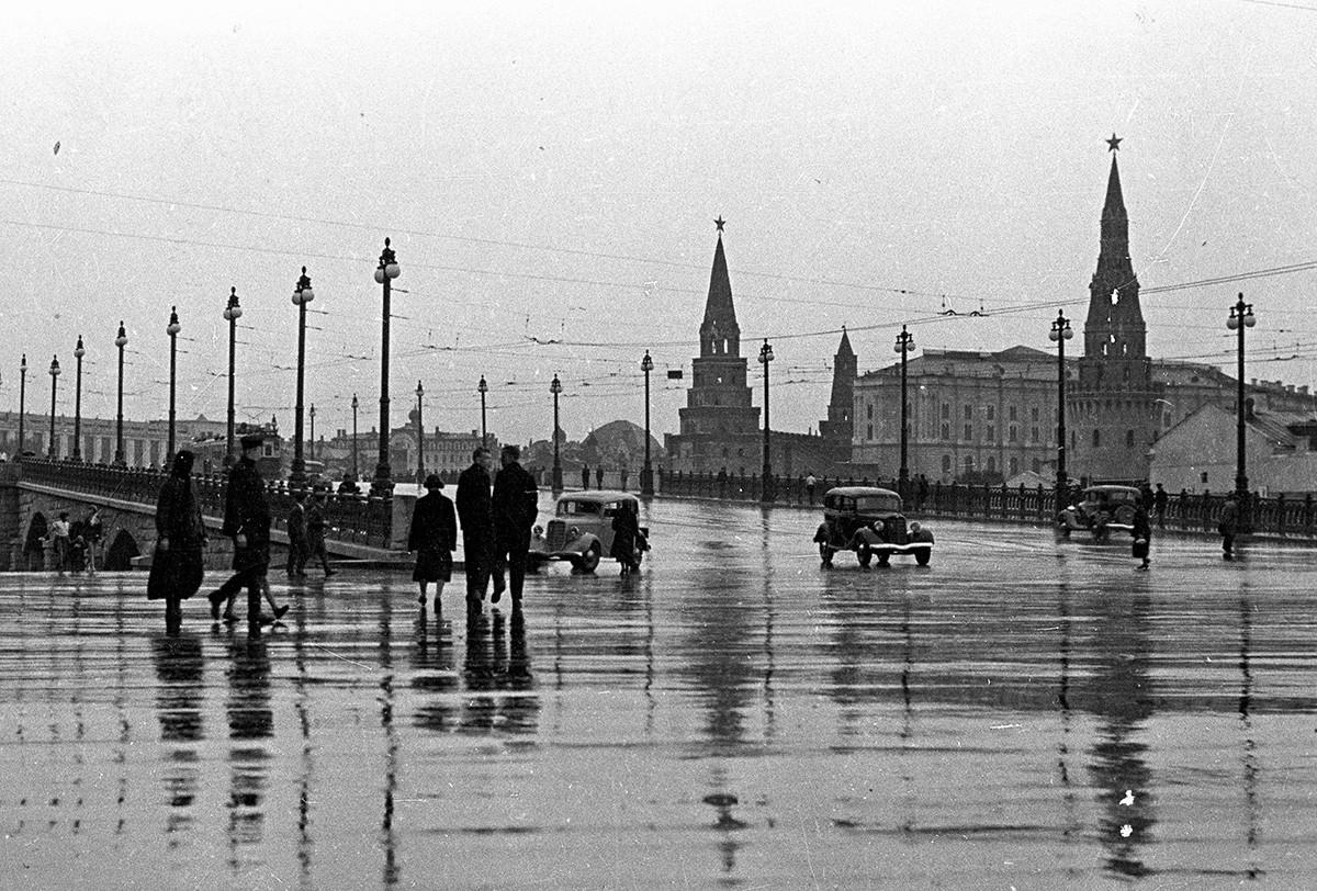 Una vista del Kremlin desde el puente Bolshoi Kamenny. Moscú, 1937.