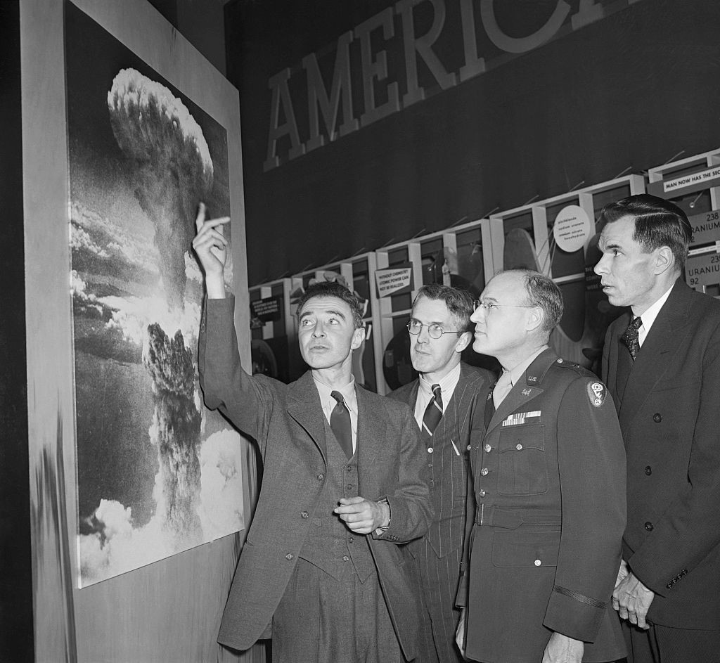 От ляво на дясно: професор Х.Д. Смит, атомен автор; Генерал К.Д. Никълс, отговарящ за Манхатънския проект и Г.Т. Сиборг, отговарящ за новите елементи в проекта
