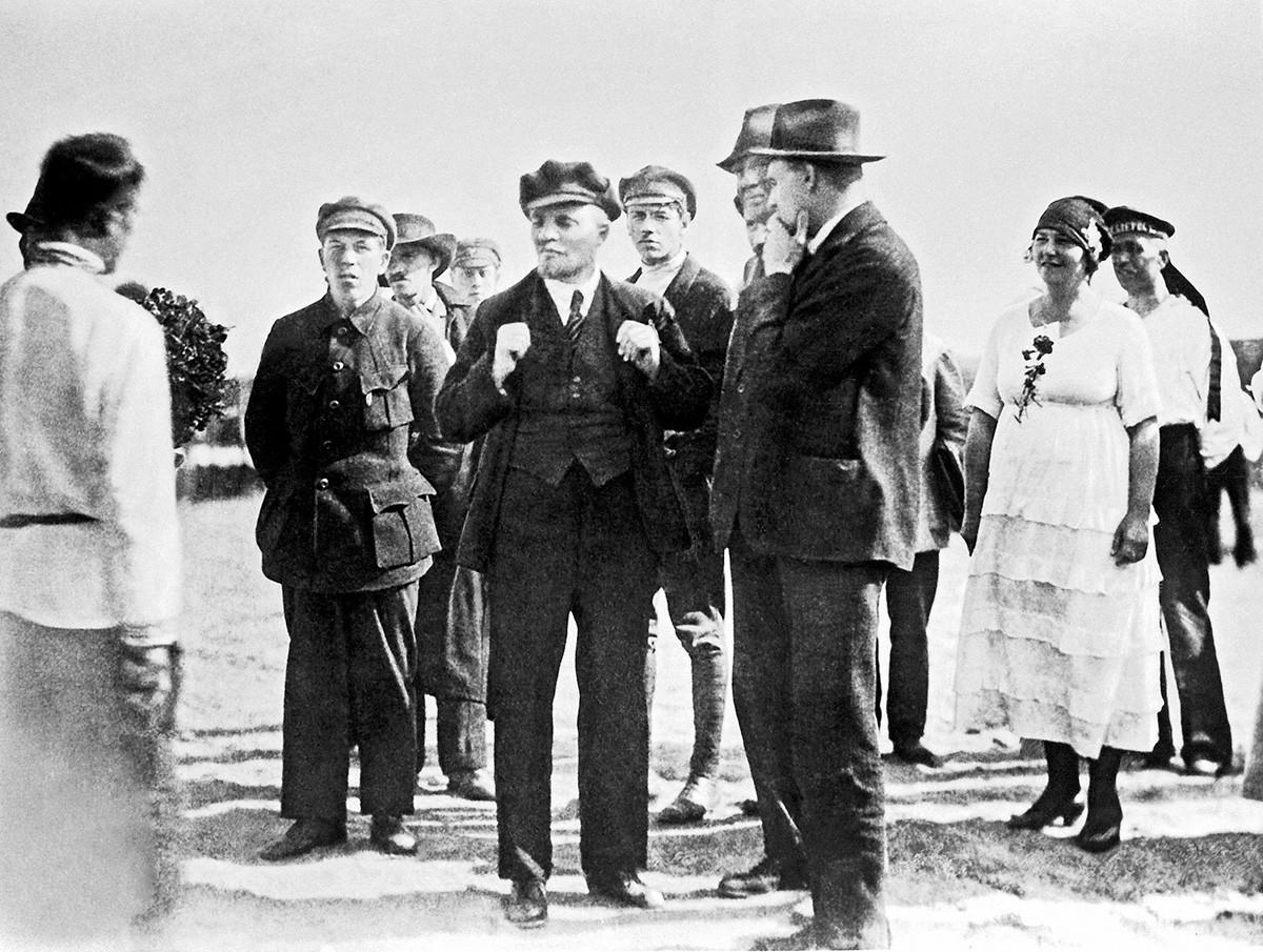 Ленин с делегати от II конгрес на Коминтерна в Петроград на 9 май 1920 г.