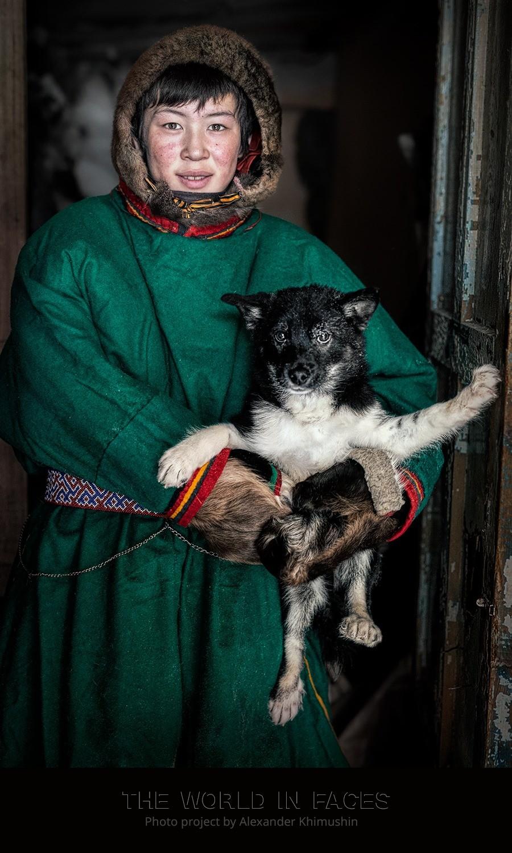 Ein junger Nenze mit Hund