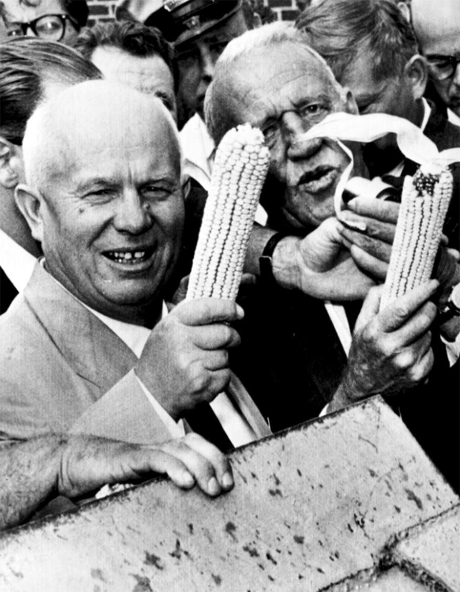 Никита Хрушчов и Розвел Гарст са клиповима кукуруза током посете Гарстовој фирми у Кун Рапидсу , Ајова.