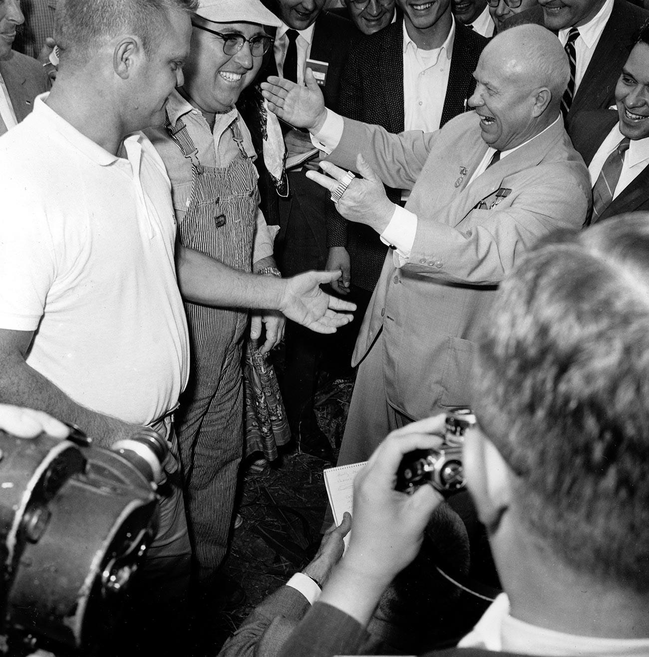 Совјетски лидер Никита Хрушчов током посете Америци збија шале са житељем Ајове на пријему који су организовали Совјети, Кун Рапидс, Ајова, САД.