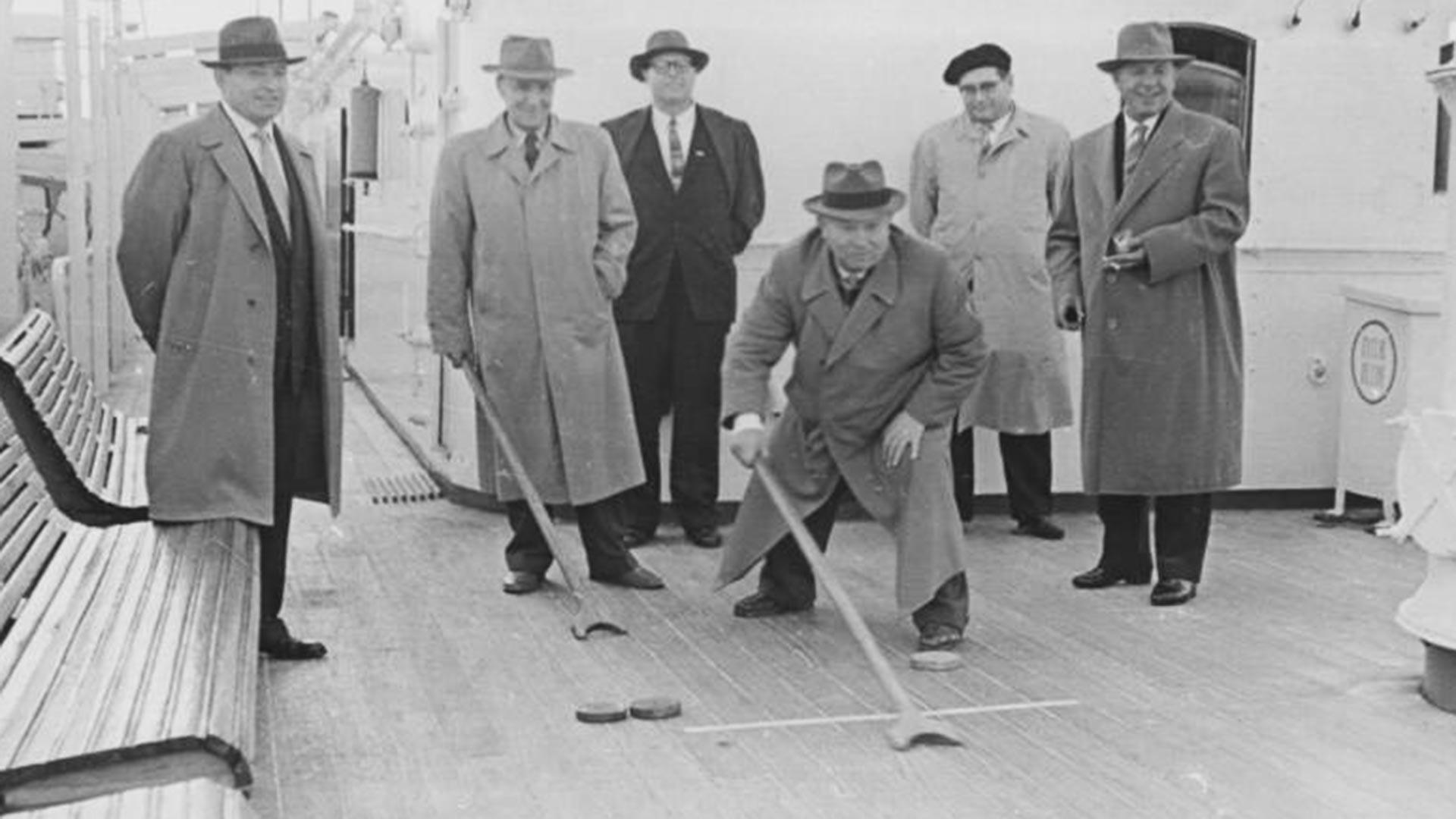 """Никита Хрушчов и Јанош Кадар играју шафлборд на палуби брода """"Балтик""""."""