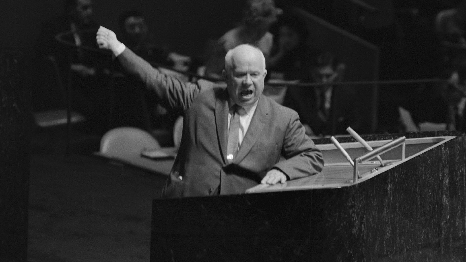 Совјетски лидер Никита Хрушчов гестикулира и виче за говорницом Генералне скупштине УН, тражећи од председавајућег Фредерика Боланда да одузме реч Лоренцу Сумулонгу са Филипина који је предлагао да СССР изврши деколонизацију Источне Европе. Генерална скупштина УН, 12. октобар 1960.