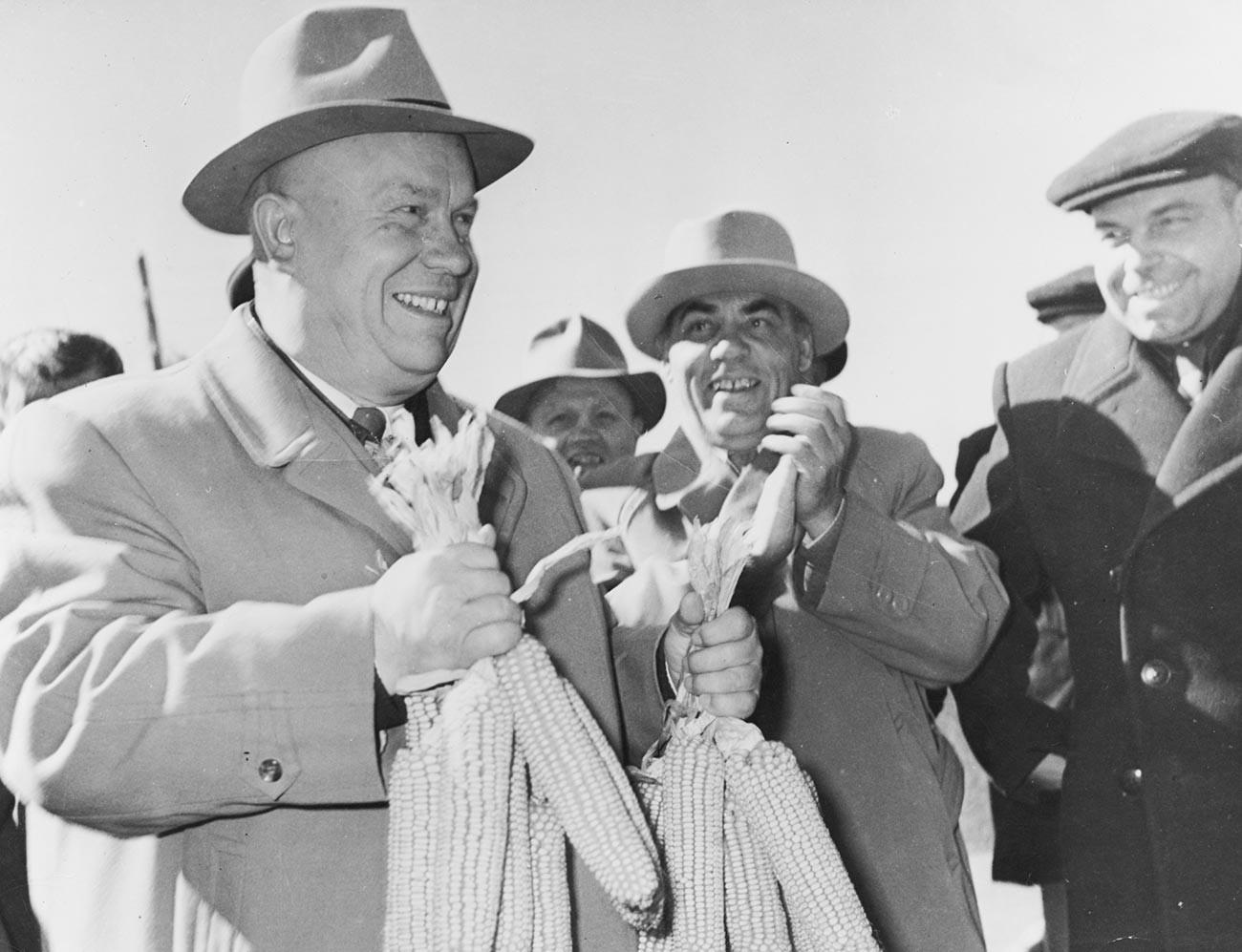 Генерални секретар Комунистичке партије СССР-а Никита Хручшов у посети Стаљиновом колхозу у Невиномиску, Ставропољски крај, бивши СССР, 1958. У рукама држи кукуруз који је добио на поклон.